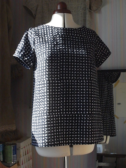 Top version of the black dotty fabric.